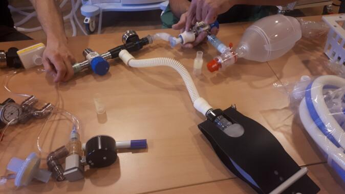 Forskere ved OUS gjør forsøk med ventiler og trykkmålere.
