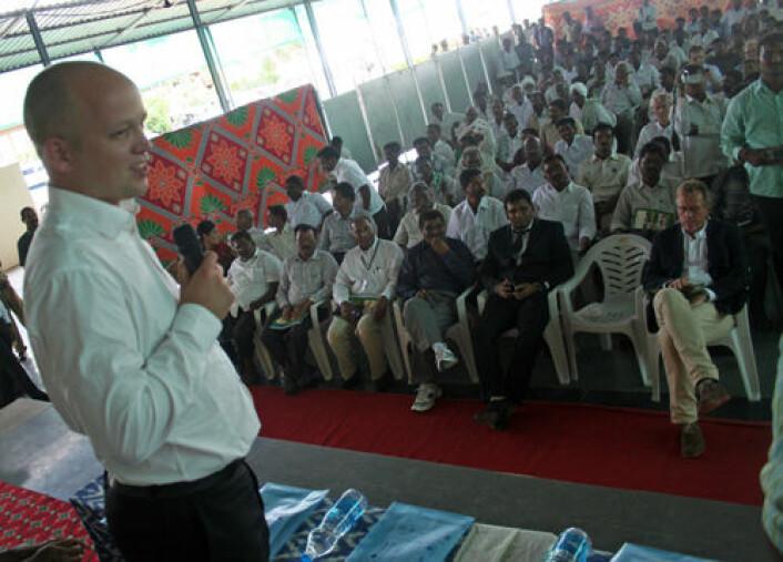 Lokale bønder i Andra Pradesh gikk i går mann av huse for å møte landbruksminister Trygve Vedum og høre om tiltak for klimarobust landbruk. (Foto: Asle Rønning)
