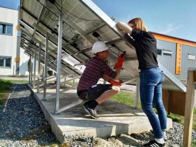 Bjørn Lupton Aarseth og Mari Øgaard forbereder et forsøk med håndholdt varmekamera. Når man ikke har tilgang på solcellepaneler med feil kan man lage noen selv – i dette tilfellet ved å slå med en hammer fra undersiden.