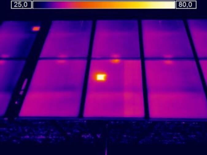 Dette bildet viser en typisk termisk signatur som forteller at det er en feil i solcellepanelet.
