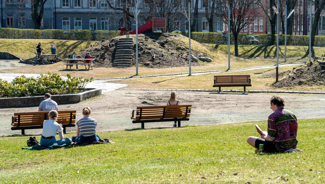 Alene, sammen: Folk i Lademoenparken i Trondheim holder pålagt avstand i Koronatider. Hvordan vi takler pandemien og hvordan vi får det etterpå varirerer, blant annet ut fra hva slags personlighet vi har fra fødselen av