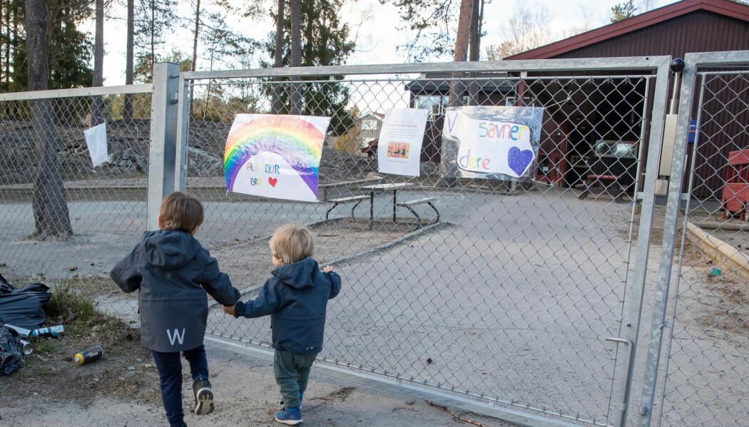 Hverdagen til store og små er forandret av korona-krisen. Nå starter mange barnehager opp, og barns gleder seg til at portene igjen åpner. Her er to små utenfor sin barnehage i Oslo.