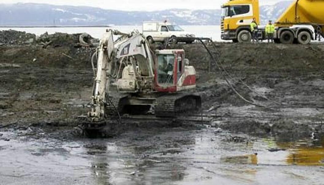 """""""De forurensede sedimentene fra bunnen av havna i Hammerfest ble først tatt opp og lagt på land. (Foto fra www.stabilgrunn.no)."""""""