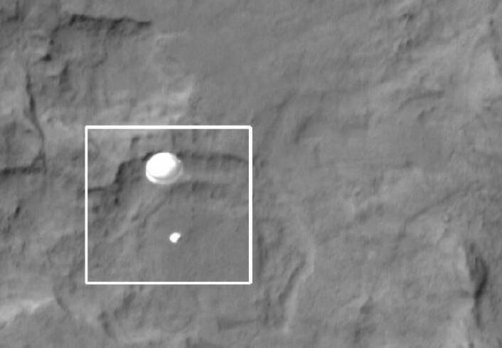 Curiosity svever rundt tre kilometer over marsoverflata, 340 kilometer under Mars Reconnaissance Orbiter og kameraet HiRISE. (Foto: NASA/JPL-Caltech/University of Arizona)