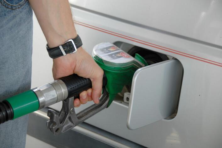 Flertallet i befolkningen mener at drivstoffavgiften bør kuttes med 1 krone per liter. Men går avgiften et konkret miljøformål, er flertallet villige til å øke drivstoffavgiften med 1 krone per liter. (Foto: Colourbox)