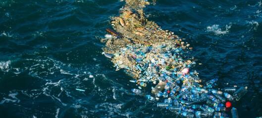 Finner bittesmå plastbiter i havet på satellittbilder