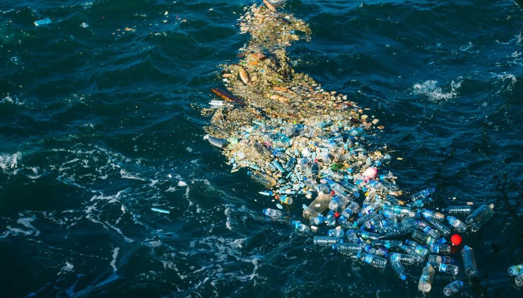 Med båt kan vi finne slike hauger. Men det blir kanskje enklere når smarte dataprogrammer kan vise oss hvor plasten er.