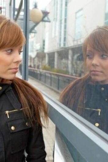 Når vi ser oss selv i speilet er det et flatt og speilvendt bilde vi ser. (Foto: Colourbox)