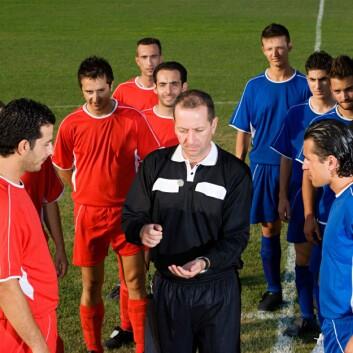 Tilfeldighet eller ikke? Myntkast er blitt brukt til å avgjøre mange mer eller mindre viktige uenigheter, herunder også hvilket lag som får velge banehalvdel ved starten av en fotballkamp. Men metoden er kanskje ikke like tilfeldig som vi tror. (Foto: Colourbox)