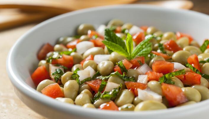 Salat med åkerbønner, tomater, løk og mynte.