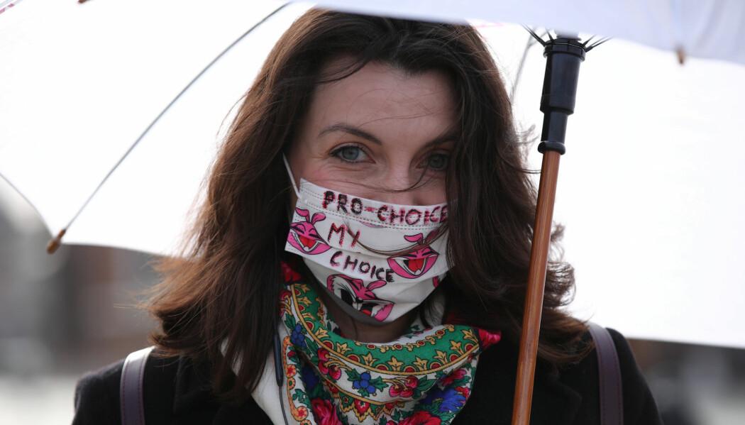 En kvinne demonstrerer mot et forslag om innstramminger av abortloven i Polen under covid-19-pandemien.