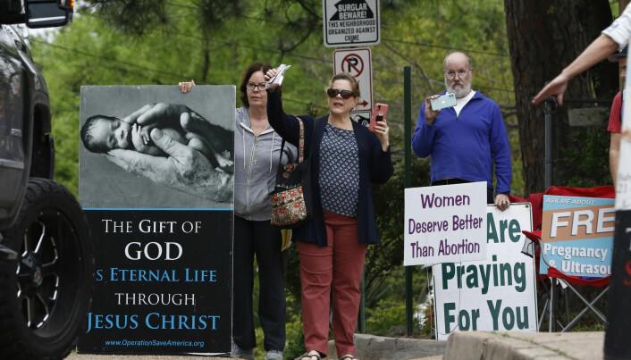 Anti-abort-aktivister demonstrerer utenfor en abortklinikk i Mississippi 25. mars 2020. Guvernøren i Mississippi har uttalt at abort ikke regnes som et akutt inngrep.