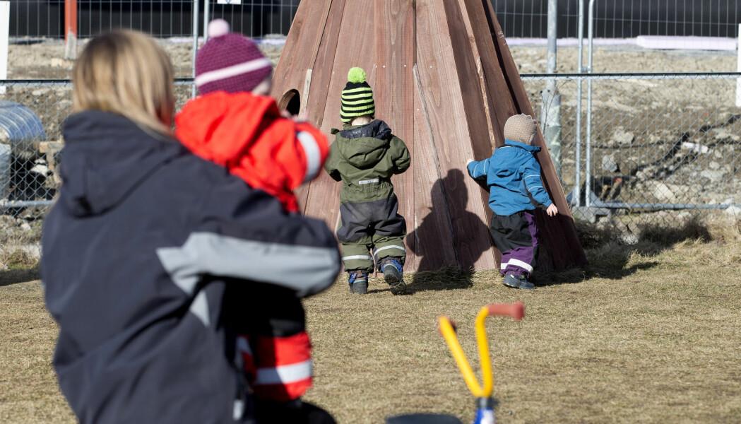 Ansatte i fire barnehager forteller at de kjefter og tar tak i barna. Etterpå angrer de.
