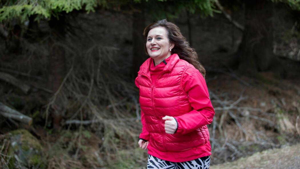 Nina Hanssen, trebarnsmoren og journalisten som løper maraton, skriver bøker og artikler og holder foredrag om trening, politikk og positiv psykologi.