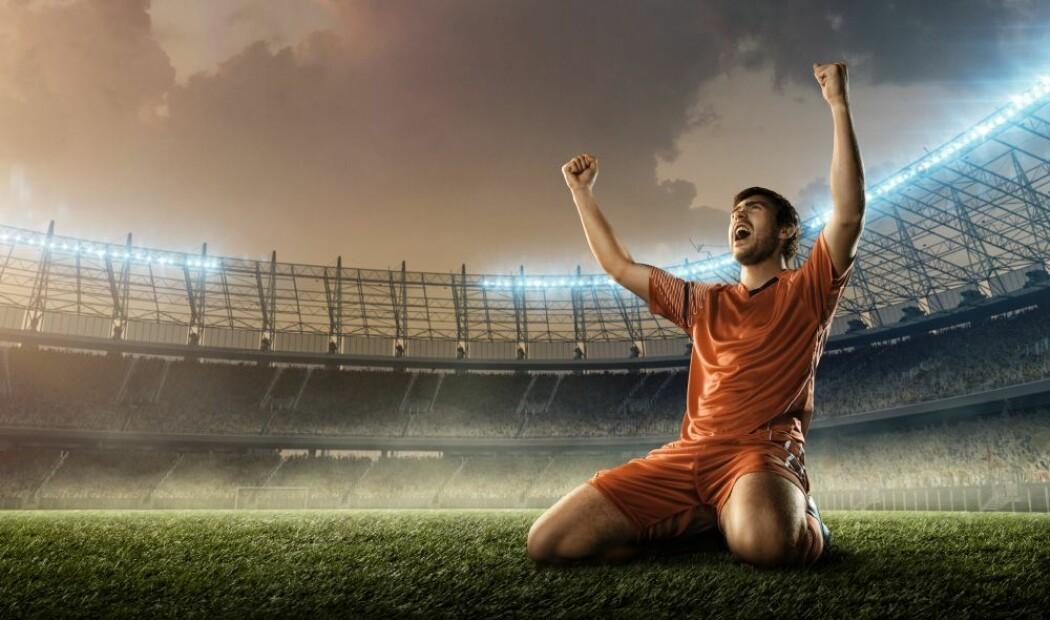 Hvis fotballspillere holder seg unna å juble i grupper og unngår garderoben, er det neppe problemer med å spille kamper på grunn av smittefare. Jo lavere nivå, jo mindre risiko for smittespredning, er vurderingen.