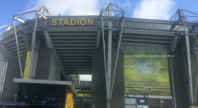 På danske fotballstadioner fanger kameraer og annet måleutstyr spillernes bevegelser i hver eneste kamp. Én av kampene den nye forskningen er basert på, ble spilt på Brøndby Stadion.