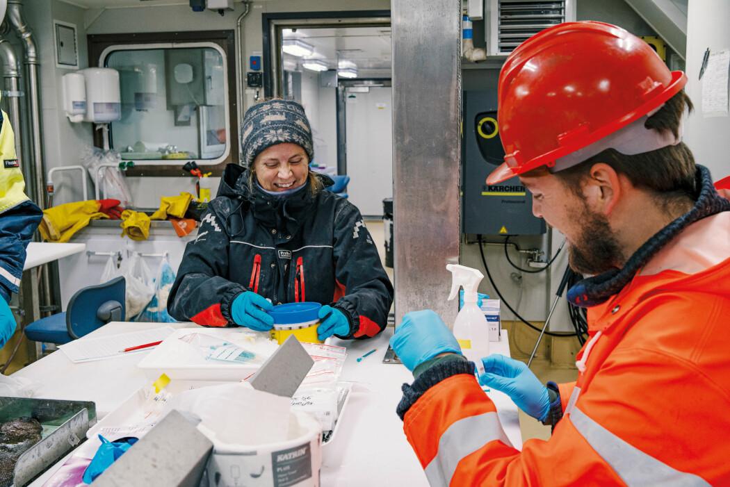 Stipendiat Ane Haarr (UiO) (t.v.) og masterstudent Håvard Nilsen Liholt (UiO) analyserer miljøgiftene i dyreplankton og polartorsk.