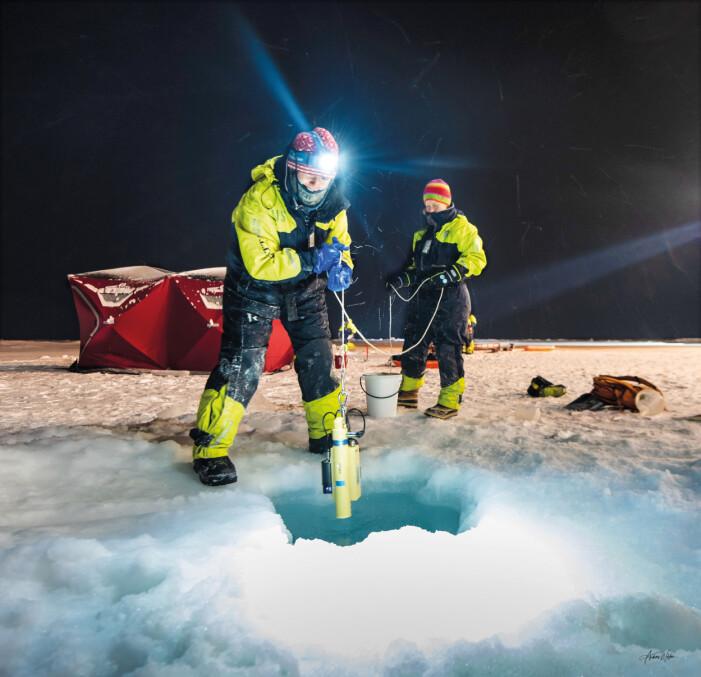 Stipendiat Robynne Nowicki på UNIS (t.v) and Anette Wold på Polarinstituttet samler informasjon om livet under isen.