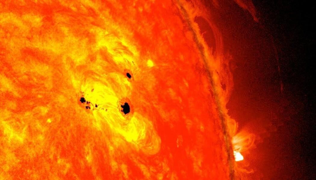 Gigantiske solflekker på solen før forrige topp i syklusen i 2013. Disse flekkene er tilsammen mer enn seks jordkloder ved siden av hverandre i størrelse.