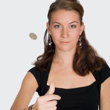 Heads up! Fysikere og matematikere er enige: Det kan best betale seg å satse på den siden av mynten som vender oppover, før den blir kastet opp i luften. (Foto: Colourbox)