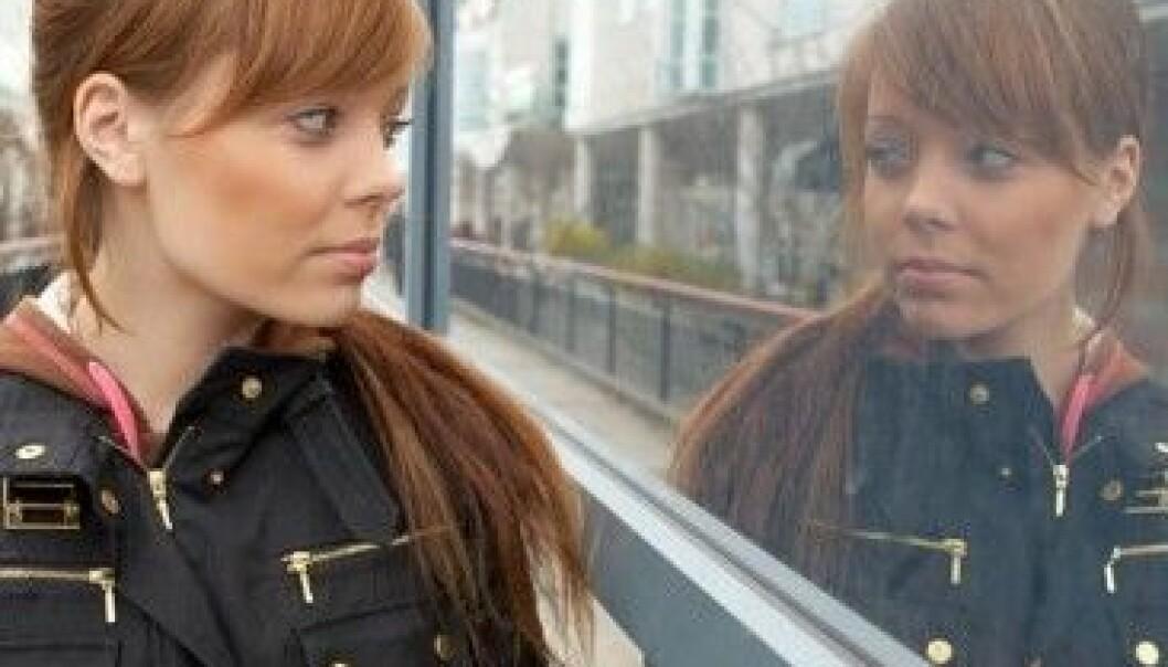 Når vi ser oss selv i speilet er det et flatt og speilvendt bilde vi ser. Colourbox