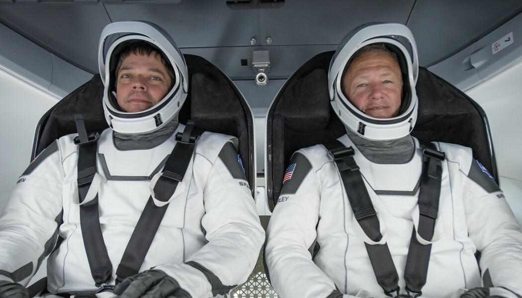 NASA-astronautene Bob Behnken (til venstre) og Doug Hurley fotografert under en test 30. mars. Går alt som det skal, blir de to de første astronautene som reiser til romstasjonen ISS med det nye Crew Dragon-fartøyet.