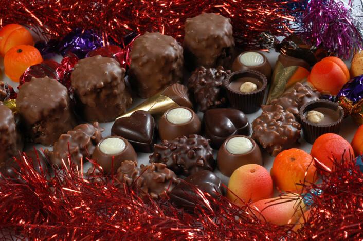 Hvis man vil redusere risikoen for å spise for mye, bør man kjøpe mørk kvalitetssjokolade – jo mørkere, jo bedre – og gjerne med en kakaoprosent på over 70 prosent. Sjokoladen bør inneholde kakaosmør og ikke vegetabilsk fett eller melkefett. (Foto: Colourbox)