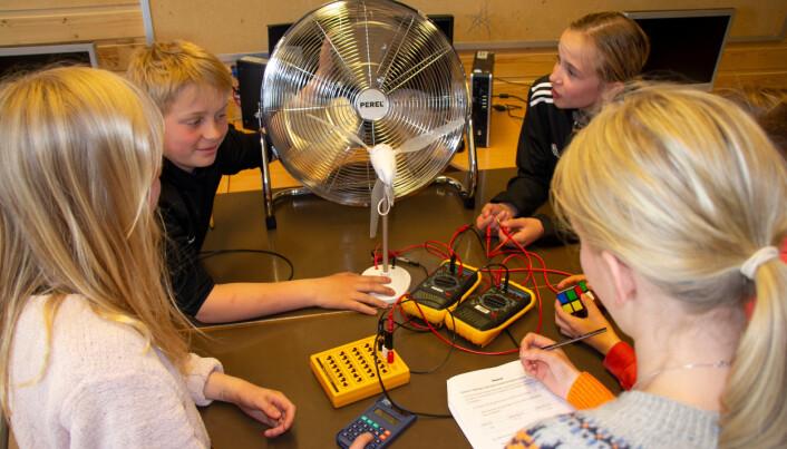 På Husøy skole har elevene fått prøve å produsere strøm fra vindkraft.