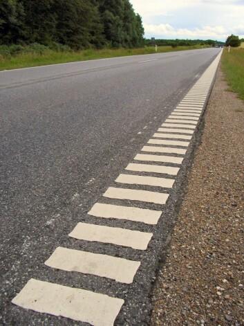 Rillene kan også lages i veimerkingen langs veien. (Foto: Lcl/Wikimedia Commons)