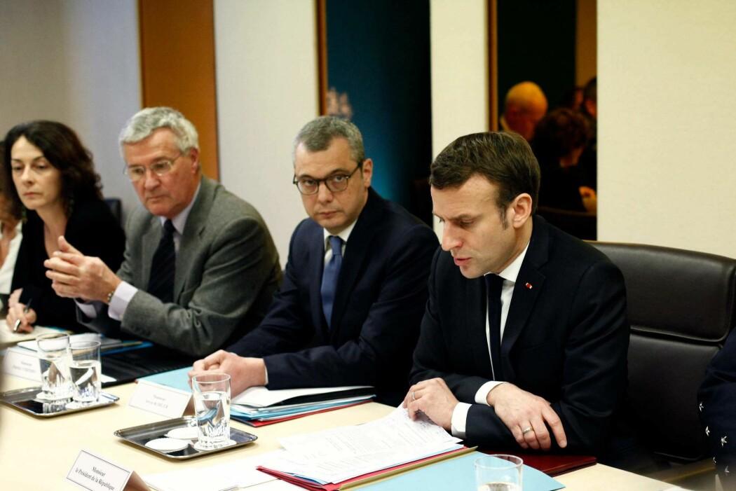 Frankrikes president Emmanuel Macron i et koronamøte med landets forsvarsråd i mars i år.