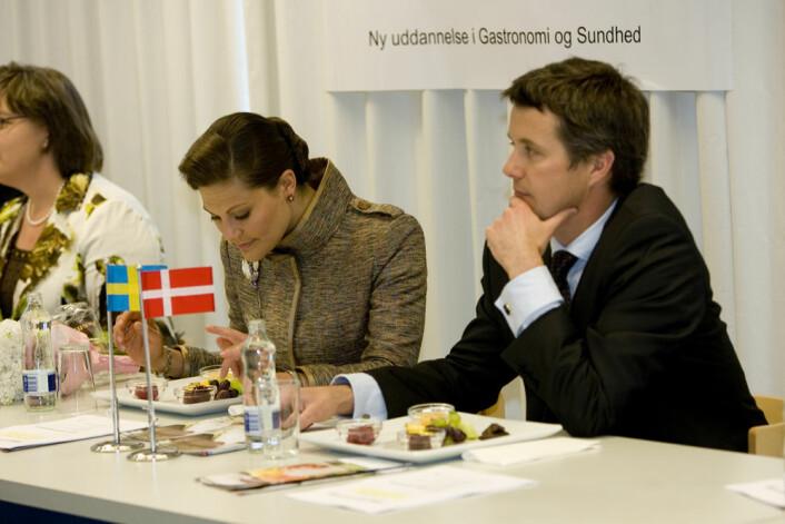 Den danske kronprinsen Frederik og den svenske kronprinsessen Victoria har allerede prøvesmakt den nye sjokoladen. (Foto: KU)