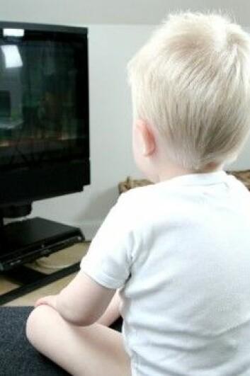 En kanadisk studie har vist at barn som ser mye på TV når de er mellom to til fire år øker sjansene sine for å bli tykke som tiåringer. Blant annet fordi denne alderen er holdningsdannende og sårbar. (Foto: Colourbox)