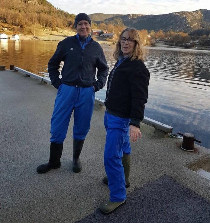 Kaja Skjærven og kollega Marit Espe på uttak av laks etter forsøket var ferdig.