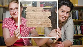 Anastasia Maravela (t.h.), professor i gresk ved UiO, leder teamet som forsker på papyrene i Universitetsbiblioteket i Oslo. Med i teamet er blant andre doktorgradsstudent Joanne Vera Stolk (t.v.). Her med fragmentet som viser seg å gi viktig ny kunnskap om antikkens siste poet. UiO