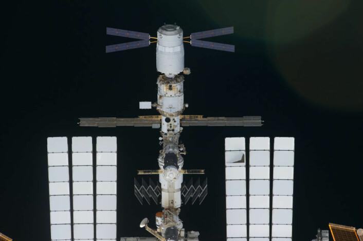 Dette bildet er tatt av en av mannskapet om bord på romferga Discovery. ESAs ATV Johannes Kepler befinner seg øverst midt på. (Foto: NASA)