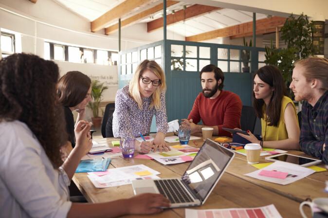 Kvinnelige ledere er underlagt større mistro, og derfor er de i gjennomsnitt dyktigere enn mannlige ledere, sier dansk forsker.