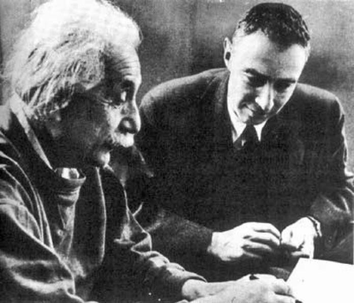 Albert Einstein og Robert Oppenheimer var to av de sentrale hjernene bak atombomben. Her poserer de for et bilde ved Institute for Advanced Study ved Princeton University, der de begge jobbet, rundt 1950.