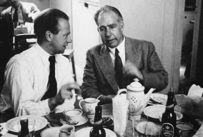 Werner Heisenberg og Niels Bohr med godt dansk drikke i København i 1934. Deres versjon av kvantemekanikken ble senere kjent som Københavntolkningen.