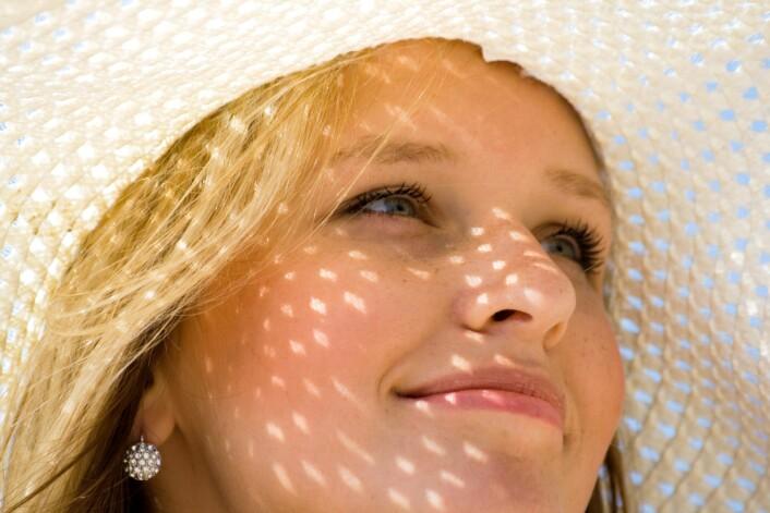 Forskere anbefaler klær og solkrem på lyse kropper i sommer. (Foto: Colourbox)