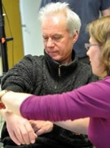 Rolf Inge Godøy tester muskelsspenningssensorer i fourMs-lab'en. (Foto: Alexander R. Jensenius)