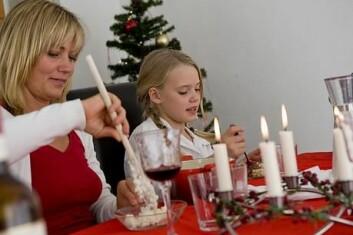 Far kjøper juletre, mor tar seg av i stort sett resten av juleforberedelsene. (Illustrasjonsfoto: www.colourbox.no)