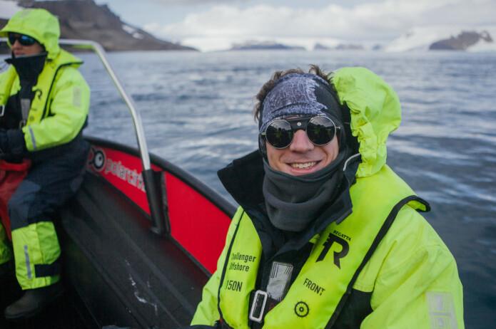 Forskar Sebastian Menze fotografert i lettbåt under eit tokt i Antarktis.