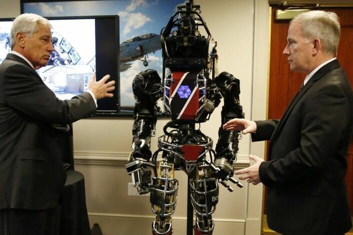 USAs forsvarsminister Chuck Hagel fikk møte ATLAS-roboten, som er en prototyp på en redningsrobot for katastrofeområder. (Foto: Kevin Lamarque, Reuters)