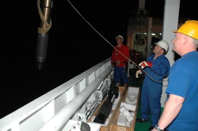 Lyttebøyer gir nye svar om livet i havet. Her er Karl Johan Nislson, Henrik Søiland og Kjetil Veivåg i gang med å plassere ut ei bøye i det nattsvarte Sørishavet under eit tidlegare tokt.
