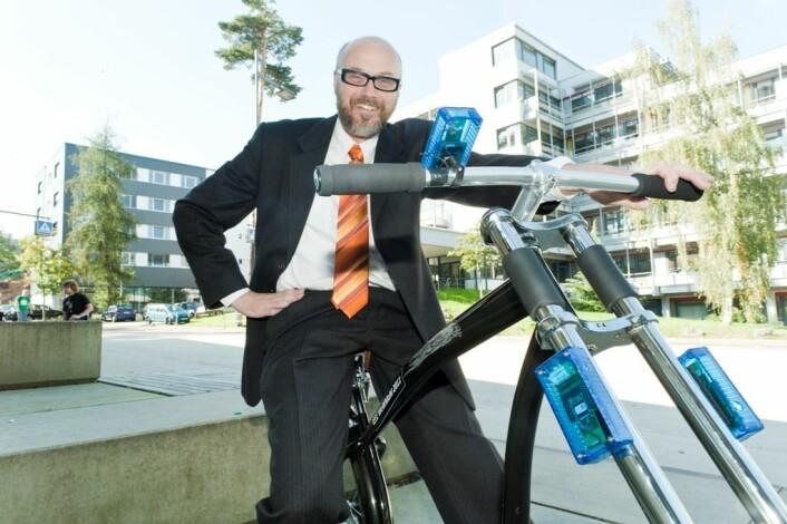 Holger Hermanns er professor i informatikk ved Saarland University i Tyskland. Han har utviklet en svært trygg trådløs brems for sykkel, gjennom nøye utregninger. (Foto: Angelika Klein)