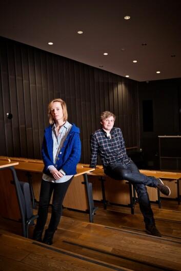 Mia Appelbäck og Håvard Eggestøl meiner at det er for lite kontakt på tvers av faggrensene ved Universitetet i Bergen. (Foto: Eivind Senneset)