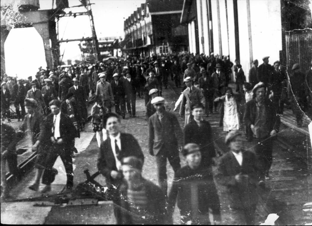 Arbeidere på jakt etter streikebrytere ved Norsk Hydros kai på Menstad i 1931. Foreløpig ser fallet i BNP i 2020 ut til å bli noe lavere enn i 1931, men den gang skyldtes også nedgangen i stor grad massive streiker.