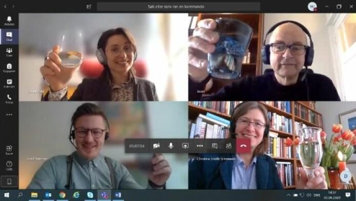 Skjermbilde fra feiring av overstått disputas via videokonferanse. Hammar er nederst til venstre. De andre er: Sonia Fizek (øverst), professor ved Technical University of Cologne, Joost Raessens, professor ved University of Utrecht og Christine Smith-Simonsen, førsteamanuensis i historie, UiT.