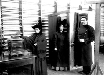 Debatten var forlengst over da kvinners allmenne stemmerett ble vedtatt i 1913. Kvinnen på bildet avlegger sin stemme i 1909, etter at begrenset stemmerett ble innført i 1907. (Foto: Anders Beer Wilse/Norsk Folkemuseum)