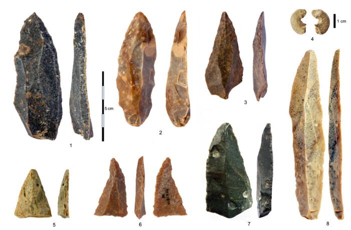 Steinverktøy fra hulen i Bulgaria. Nummer fire på diagrammet er en perle laget av sandstein. Arkeologene har avdekket flere pyntegjenstander som ble laget av Homo sapiens i denne hulen.